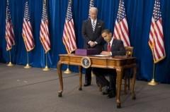 Obama signe le plan de relance 787 milliards dollars.jpg