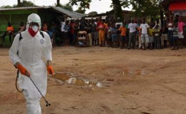 agent-santiaire-combinaison-protection-procede-a-operation-desinfection-quartier-monrovia-ou-personne-decedee-1677845-616x380.jpg