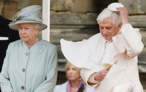 Le pape et la reine château de Holyrood à Edimbourg.jpg
