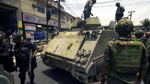char-de-l-armee-bresilienne-deploye-devant-une-favela-de-rio-25-10354463tcqmn_1713.jpg