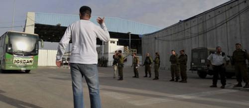 Convoi médecins jordaniens en attente à Erez.jpg