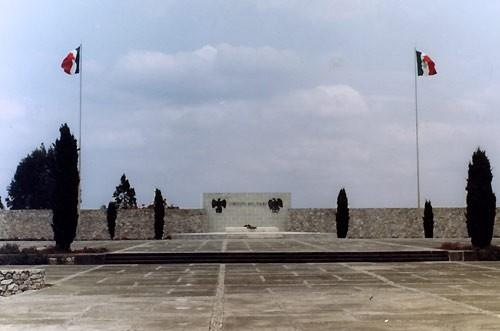 Memorial_CameroneXL au Mexique.jpg