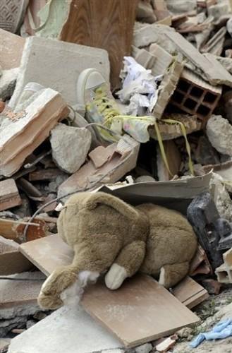 L'Aquila dans les décombres pleluche et chaussure.jpg