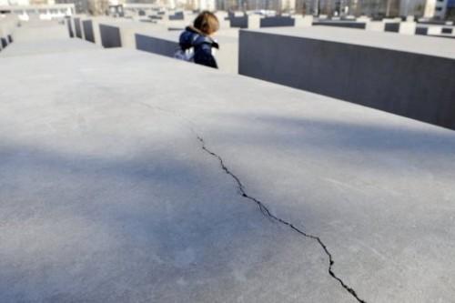 Le Mémorial de Berlin se fissure.jpg