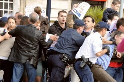 Bordeaux gens repiussés par la police.jpg