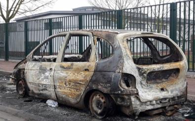 1702110218170118.jpg voiture brulée.jpg