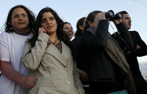 Isréliiens regardant les bombardements.jpg