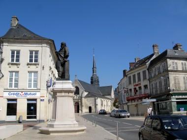 Villers-Cotterêts_statue_et_église_1.jpg
