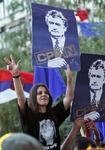 Jeune fille serbe soutien à Karadzic.jpg