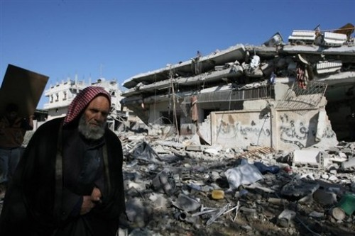 Rafah vieil homme et ruines d'un immeuble 9 1 09.jpg