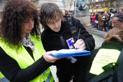 Cali signe la pétition.jpg