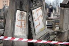 Croix gammées sur tombes profanées.jpg