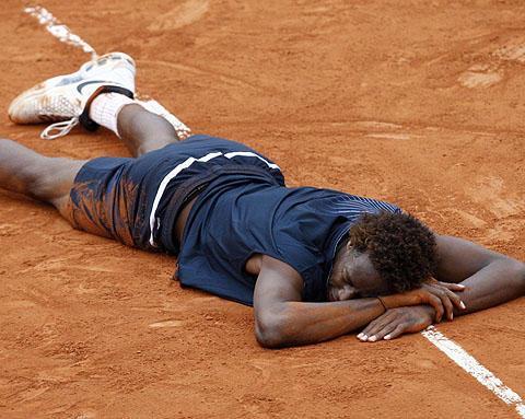 Tennis Monfils à terre.jpg