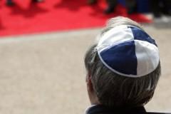 Juif avec kippa bleu-blanc.jpg