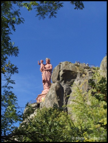 Notre-Dame-de-France-point-culminant-du-Puy-en-Velay-Octobre-2006.jpg