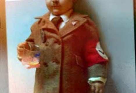 Enfant déguisé en Hitler.jpg
