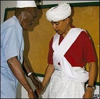 Obama en vêtements traditionels somaliens.jpg