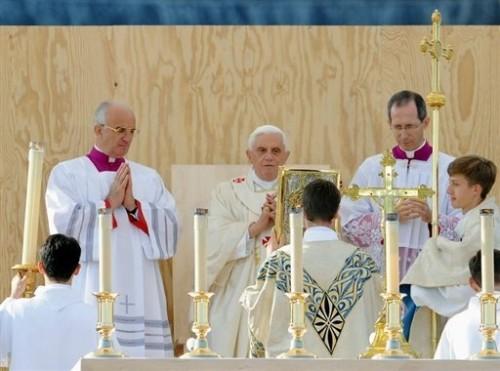 Pape célébre la messe.jpg