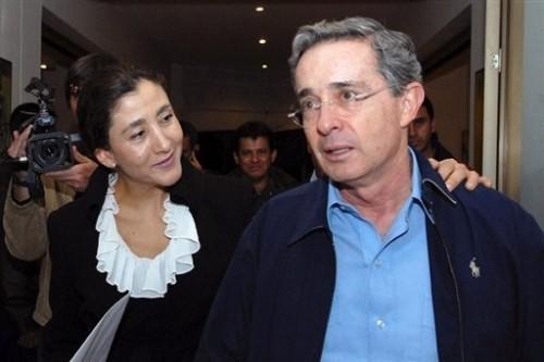 Betancourt avec alvaro Uribe le 29 nov 08 Bogota.jpg