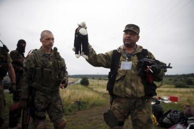 Un-s-paratiste-pro-russe-sur-le-site-du-crash-.jpg