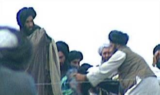Mollah Omar debout à gauche.jpg