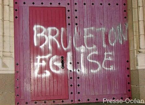Eglise profanée à Nantes.jpg