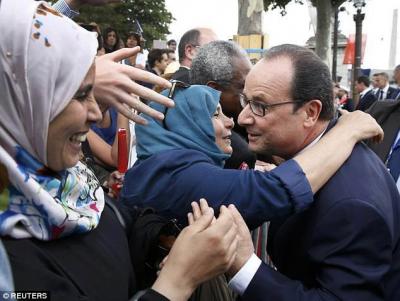 sans-titre.png Hollande  bain de foule.png