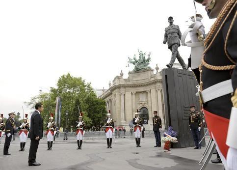 De Gaulle statue Sarkozy 8 mai 09.jpg