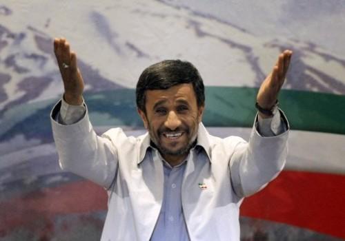 Ahmadinejad en blanc sur fond drapeau iran 14 juin.jpg