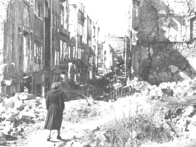 Dresde femme dans les ruines.jpg