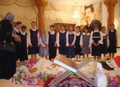 Irak tombe de Saddam Hussein - écolières en prière.jpg