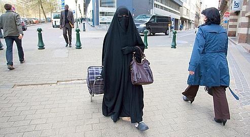 Feme en burqa avec caddy.jpg